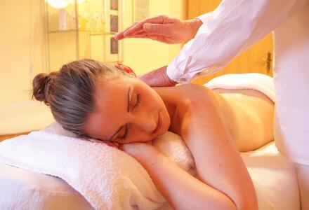 Le massage : un pont vers la douceur, la confiance et l'apaisement.
